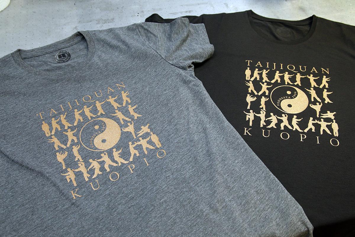 logopainatus t-paitaan kultamaalilla