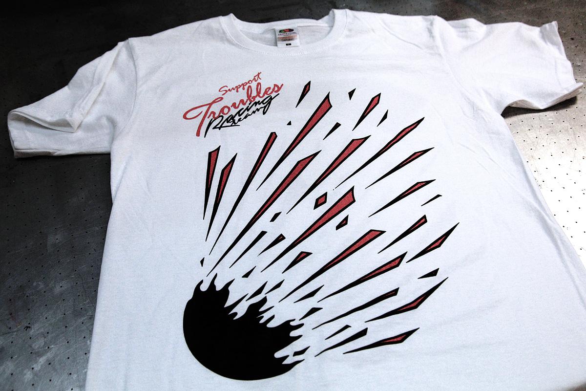 Troubles Racing - 2-värisen logon painaminen t-paitaan