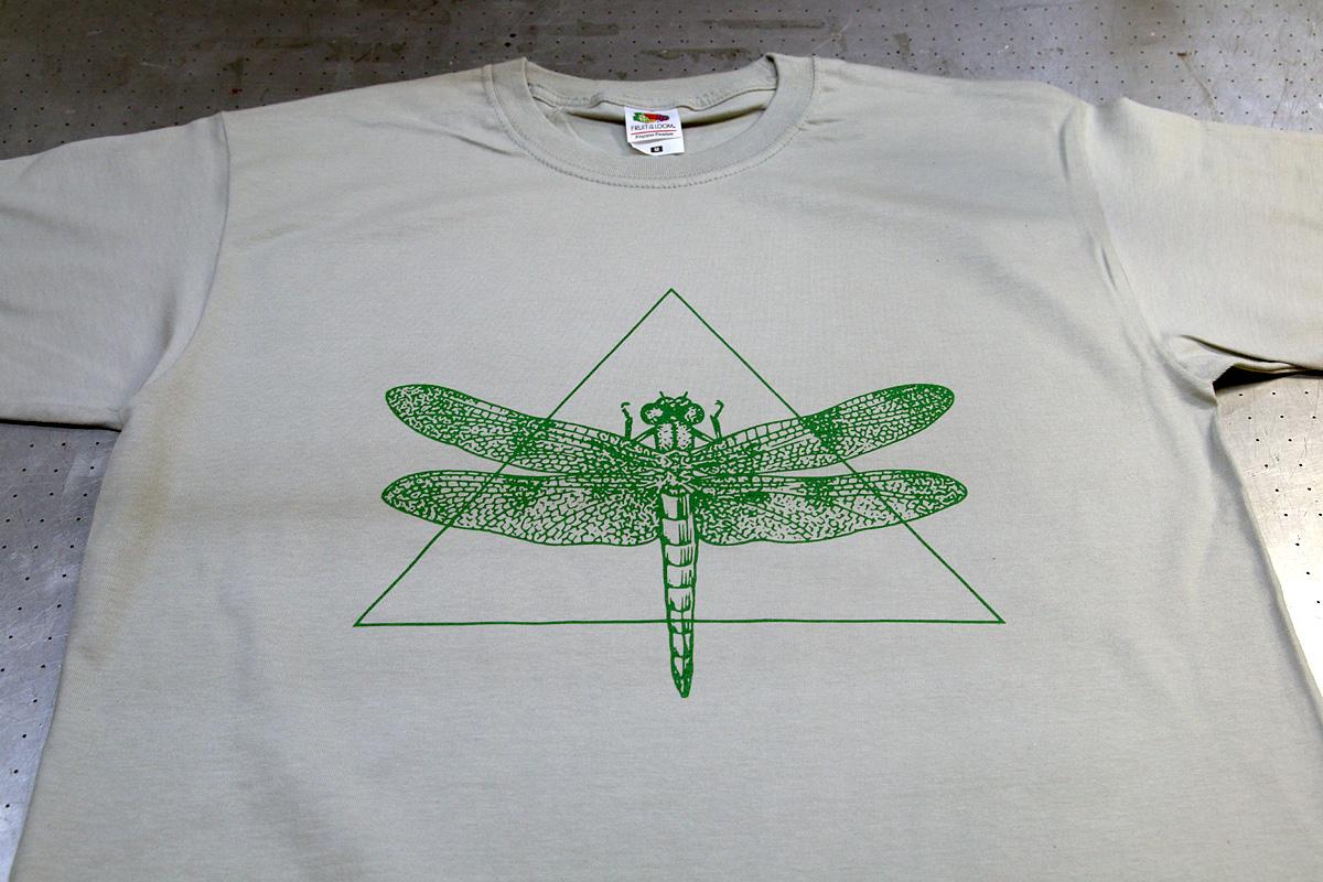 Logopainatus t-paidan eteen
