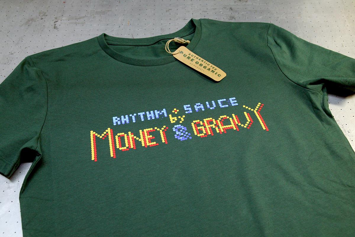 Money & Gravy - 4-värisilkkipaino t-paidan rintaan