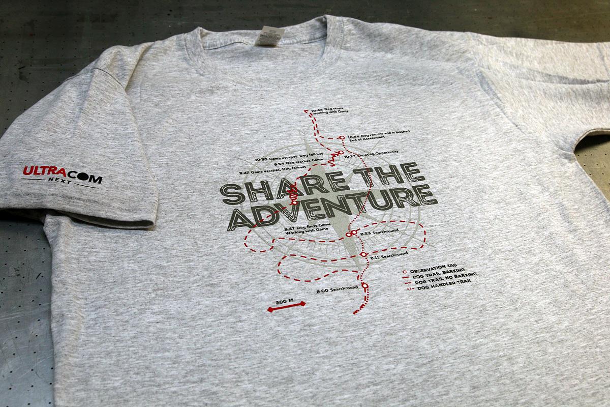 Share the Adventure - 4-värinen logopainatus t-paitaan